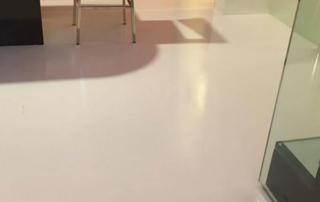 pavimento in resina spatolata senza fughe